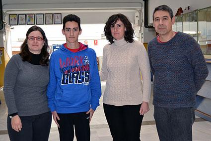 Miguel Ángel Santaella (derecha) junto a dos profesoras del IES y el alumno, Alfredo Martin