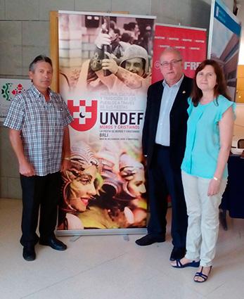 Miembros del grupo de Zújar con el presidente de UNDEF ( Union Nacional de Entidades Festeras de Moros y Cristianos/ LAURA FERNANDEZ