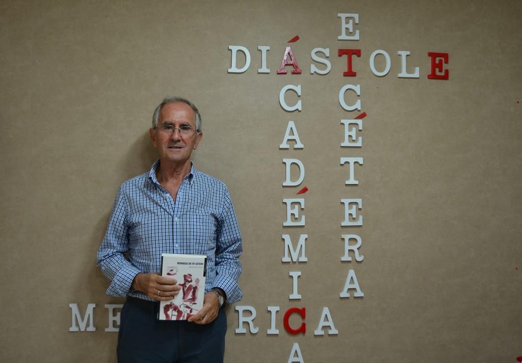 El autor en la sede de Ediciones Esdrújula, en la calle Martín Bohórquez /A.ARENAS