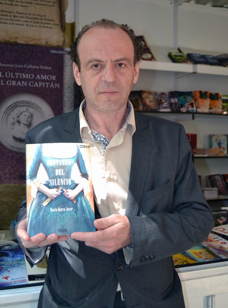 Mario Barra Jover con su libro en la última Feria del Libro de Granada 30/04/2016 FOTO: ANTONIO ARENAS