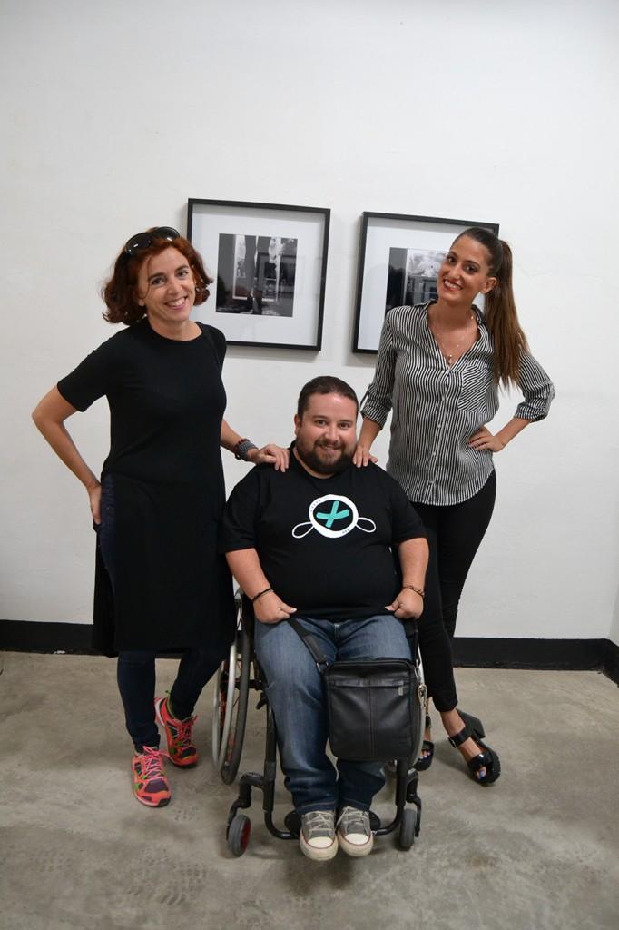 Sandra Carmona (dcha) junto a Marisa Mancilla y Emilio Luis /A. ARENAS