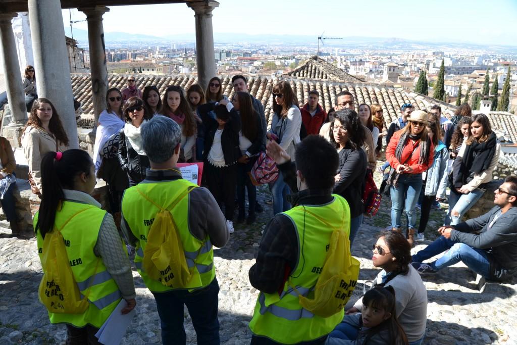 Jóvenes de la Asociación GranaDown enseñan los rincones y miradores del Realejo/ A. ARENAS