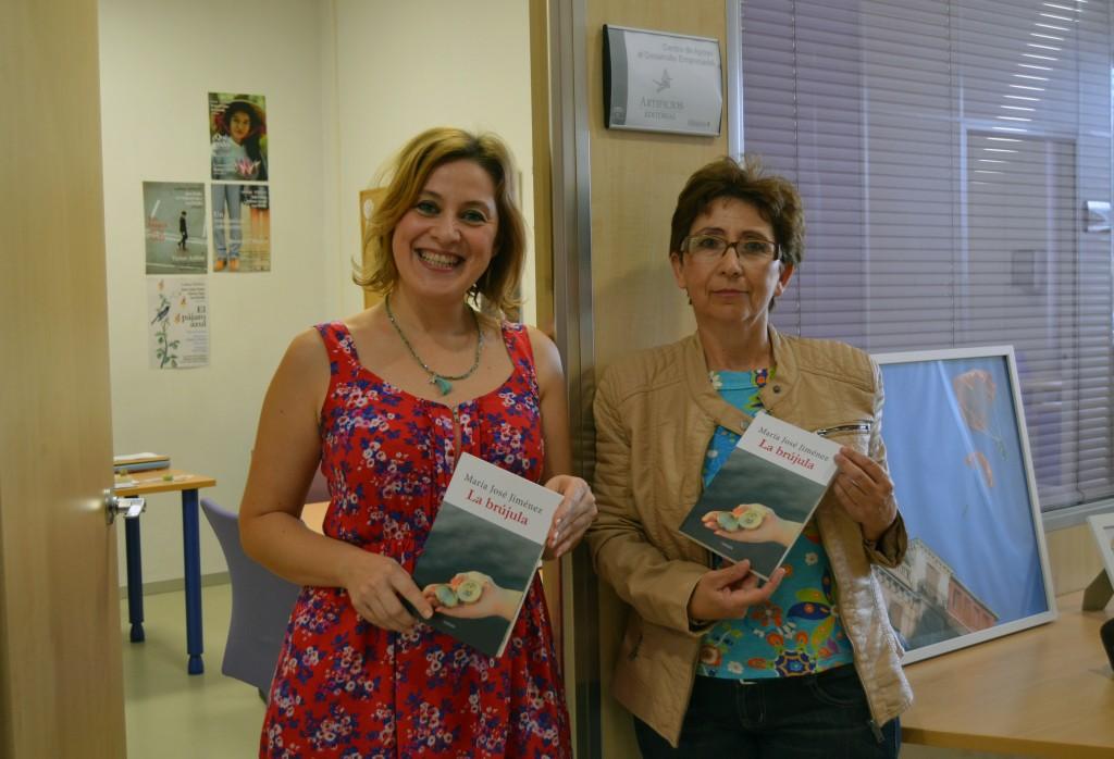 Ana Morilla (izda), junto a la autora , en la sede de Artificios/ A. ARENAS
