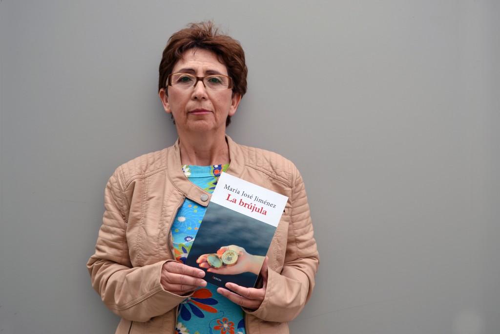 Mª José Jiménez, con un ejemplar de su novela publicado por la editorial Artificios/A. ARENAS