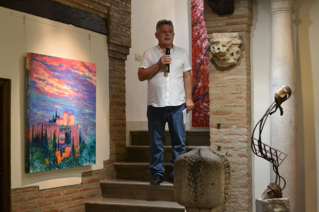 Jacinto García da la bienvenida a los asistentes al acto inaugural de 'Moros y cristianos'https://static-ms.ideal.es/A.A.