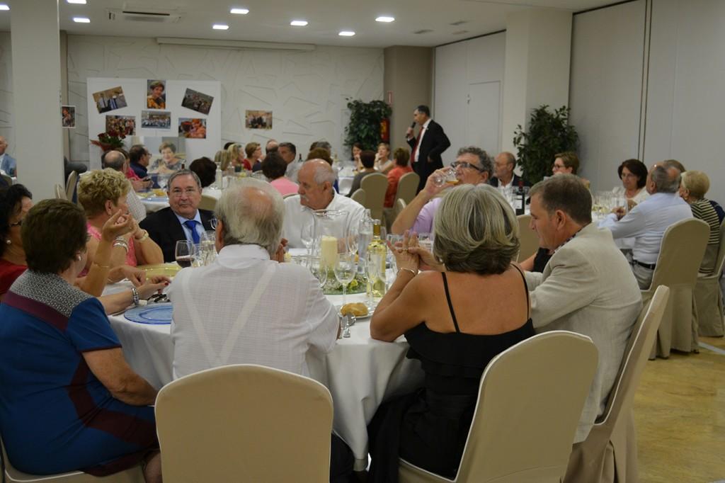 Antonio Esperidón da la bienvenida a sus compañeros asistentes al IV Encuentro de la promoción de la Normal, 1965-68 celebrado en el Hotel Corona de Granada/A. ARENAS