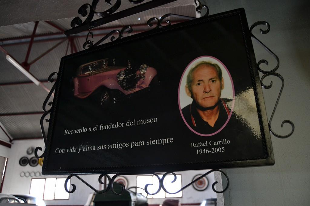 Placa dedicada al impulsor del  Automuseo/ A.  ARENAS