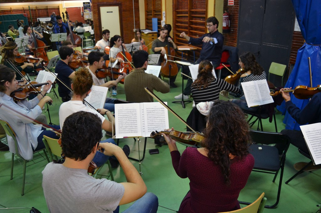 Ensayo de la Orquesta Filarmonia Granada, en el IES H. Lanz /A. ARENAS