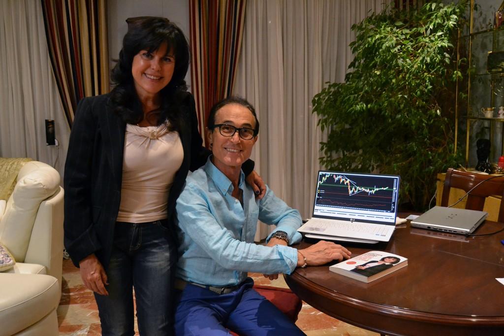 Francisca Serrano, junto a su marido, en el domicilio familiar/ A. ARENAS