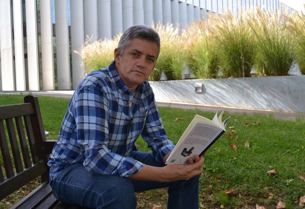 José Abad con un ejemplar de su libro 'Del infierno' (Editorial Nazarí) 08/10/2016 FOTO: ANTONIO ARENAS