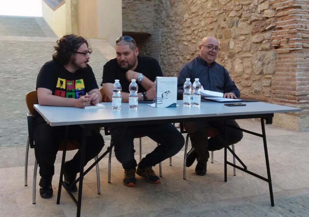 juan garcia conesa (centro) en la presentacion de su poemario en Garrucha/  IDEAL