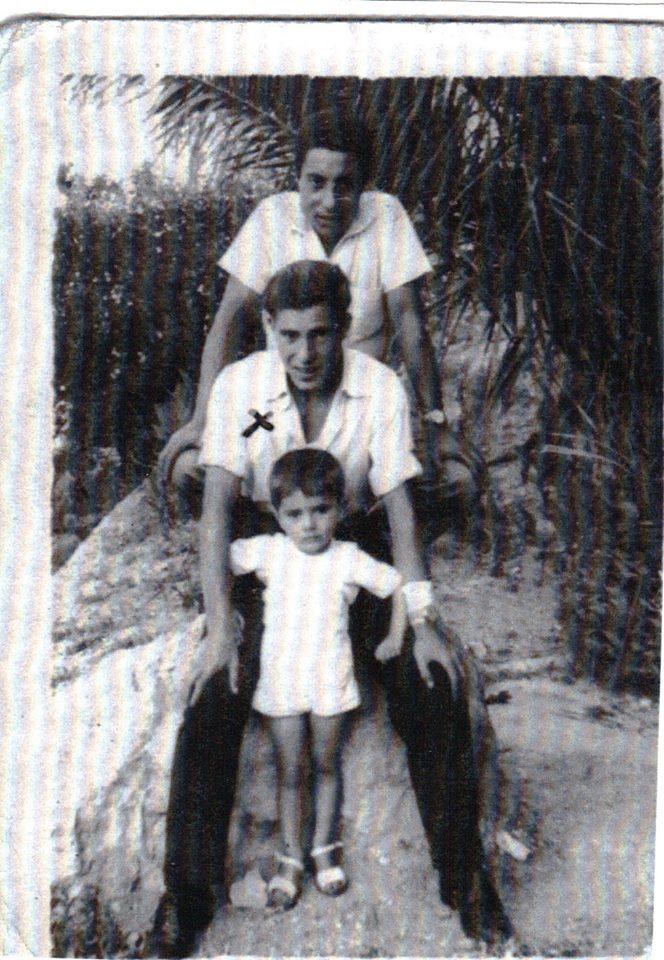 En esta foto de los años 50, el autor aparece con su  tío Luis Medina y  su primo Antonio, hijo de su tío Pepe  Cervilla./ Cedida por el autor