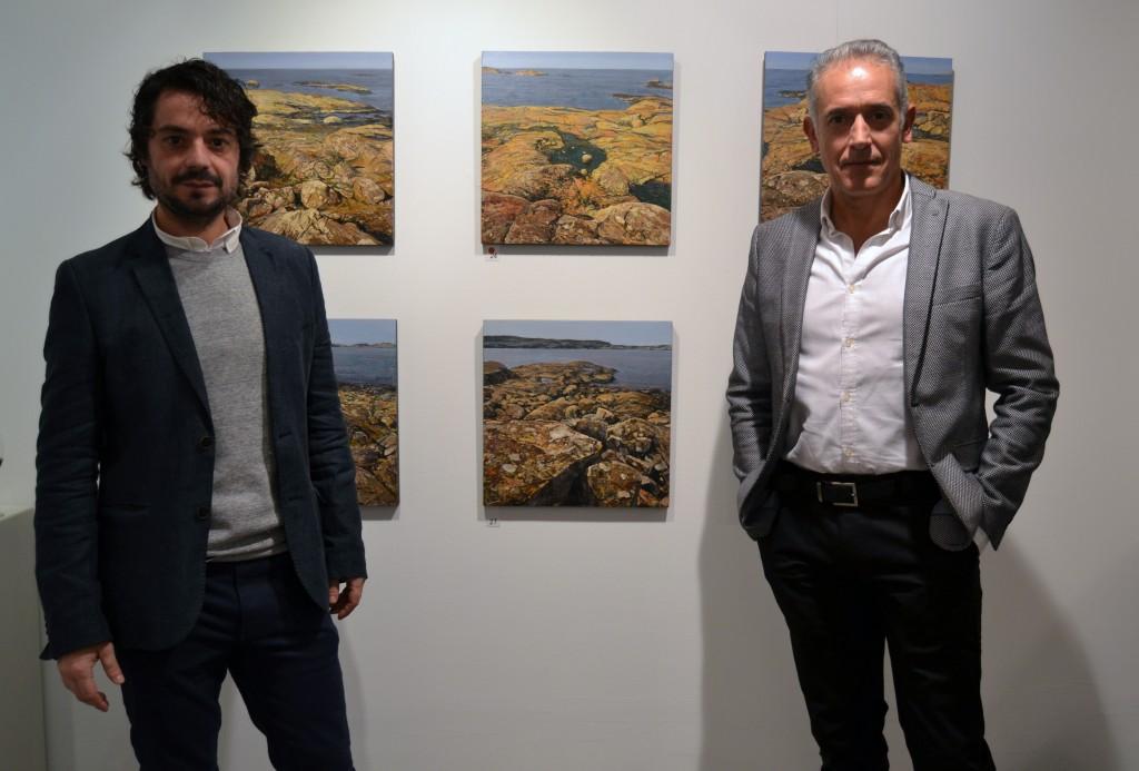 Francisco Carreño y Ceferino Navarro junto a varias de las obras expuestas/A. ARENAS