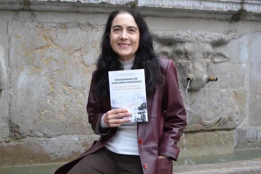 Carmen Valdivia con un ejemplar de su libro, en el Pilar del Toro/A. ARENAS