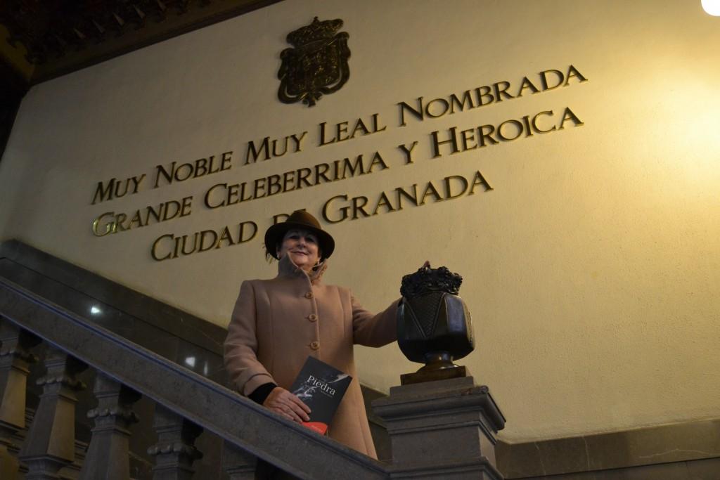 Teresa Ariza en las escaleras del Ayuntamiento de Granada/ A. ARENAS