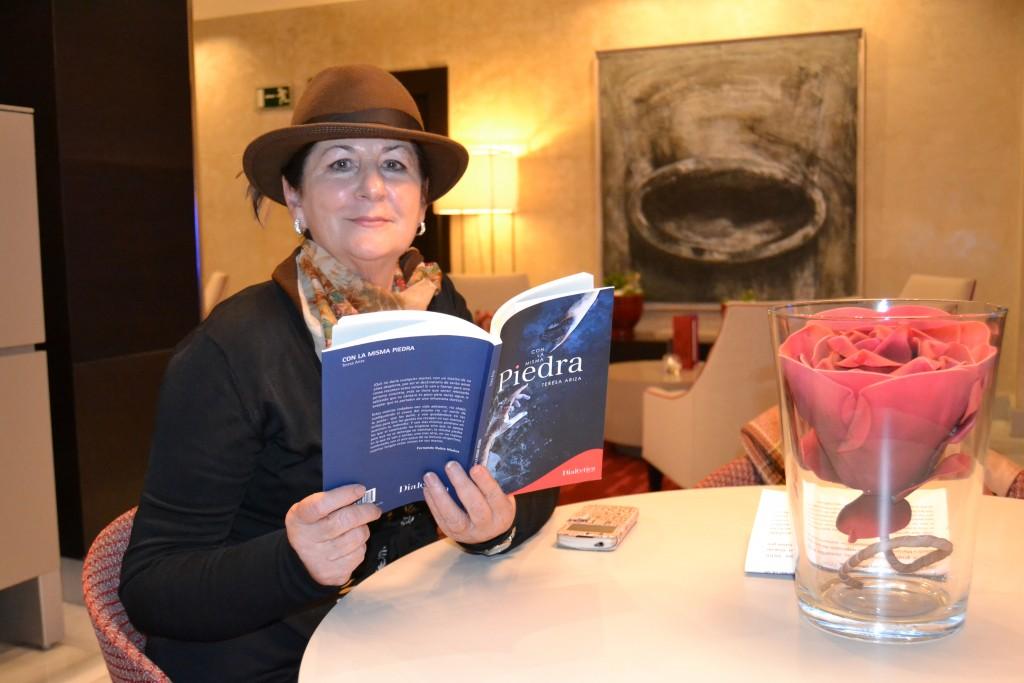 La autora con un ejemplar de su libro/A. ARENAS