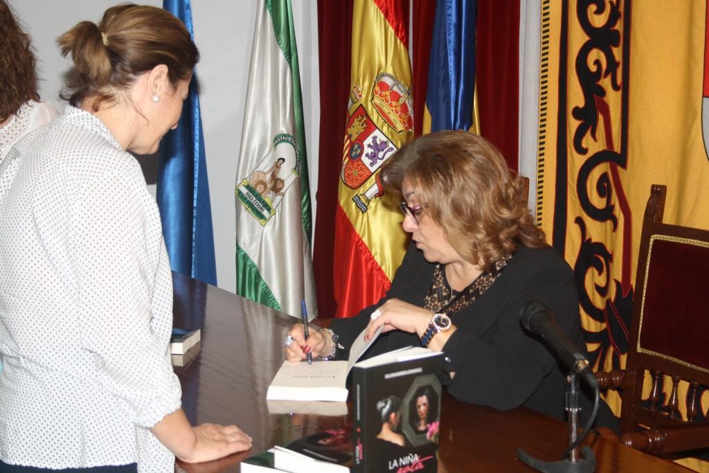 Encarni Barrera dedica un ejemplar de su tercera novela