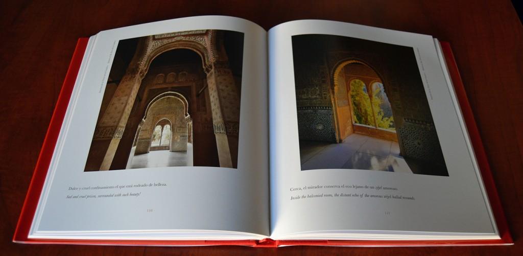 Páginas del libro 'La Alhambra. Suite del silencio y de los sentidos'. Texto Rafael Guillén y fotografías de Ángel Sánchez. Edición bilingüe español-inglés pues ha sido traducido por Lawrence Bohme.