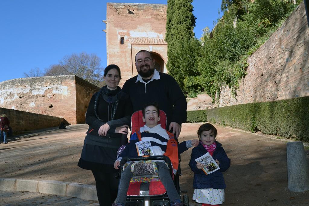 Miguel Echeverraría, autor de 'Migue Ruedines y la Leyenda de la Alhambra' en  la Puerta de la Justicia con su familia 10/12/2016 FOTO: ANTONIO ARENAS