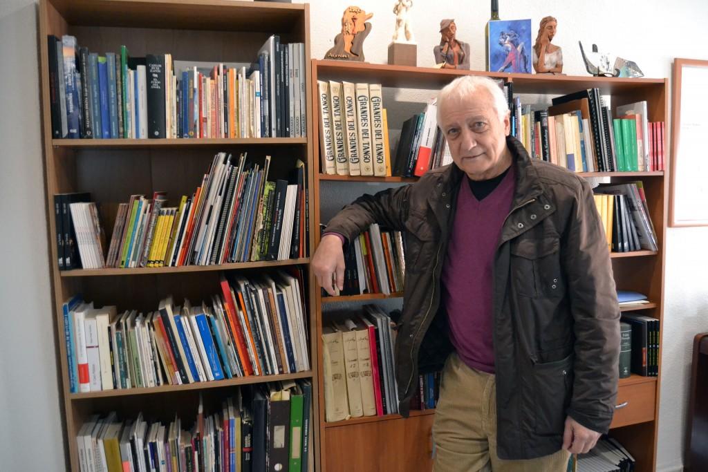 Tato Rébora, ante su biblioteca dedicada principalmente al tango/A. ARENAS