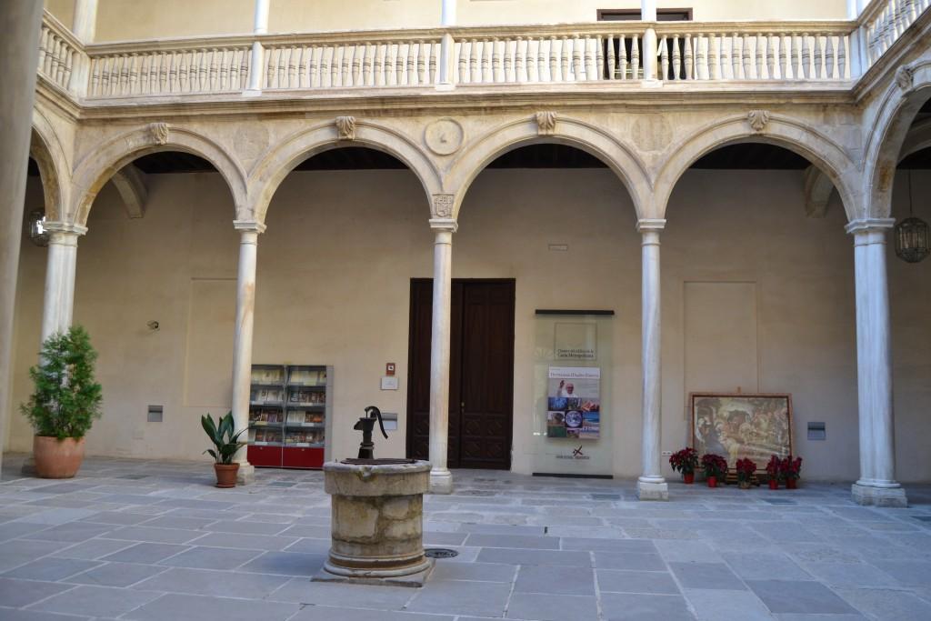 Patio de acceso a la sala de exposiciones del Centro Cultural Nuevo Inicio/A. ARENAS