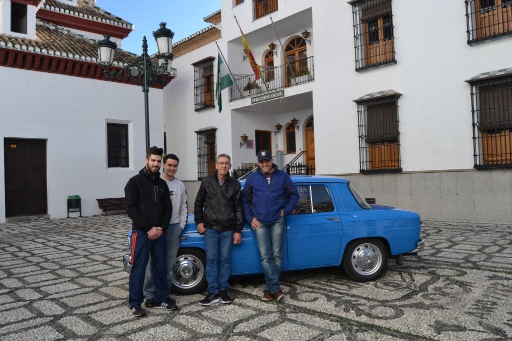 Manuel Ruiz Mesa, junto a sus hijos, en la plaza del Ayuntamiento de La Zubia /A. ARENAS