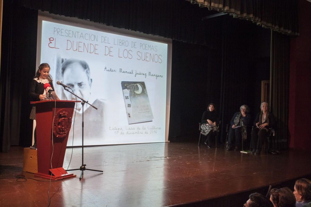 Una de las sobrinas de Manuel Juárez durante la presentación del poemario en Estepa.