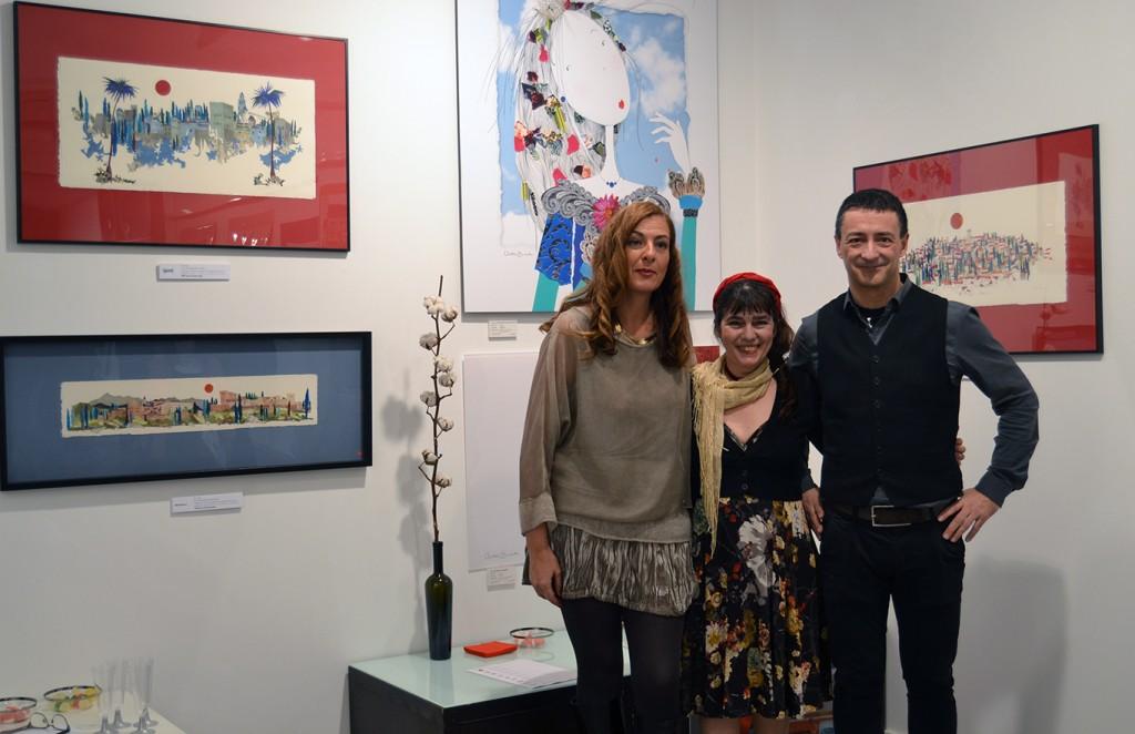 Violeta Monreal (centro) junto a Cristina Agudo, de Global Arte, y el diseñador, Óscar Muinelo FOTO: ANTONIO ARENAS