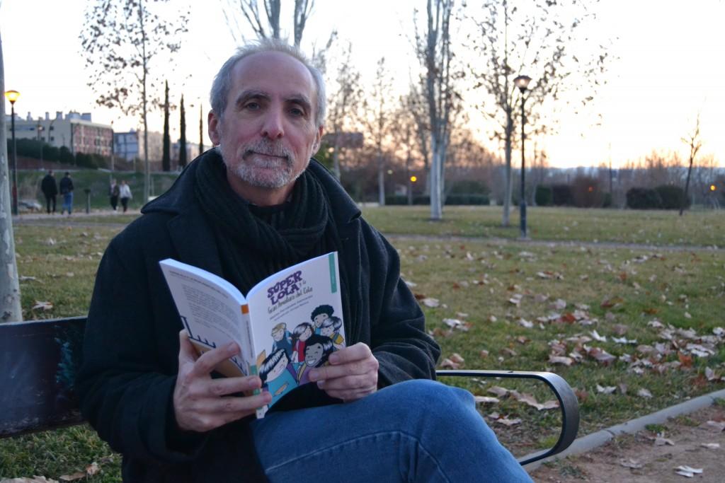 El autor con un ejemplar de su libro en el Parque Tico Medina/ A. ARENAS