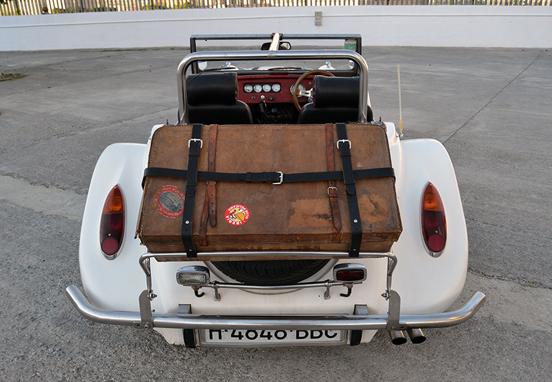 Parte posterior y maleta sobre la rueda de repuesto ::A. ARENAS