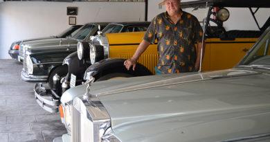 Rafael Ropero, coronel del ejército del aire en la reserva, entre coches clásicos, motos de trial y vinos